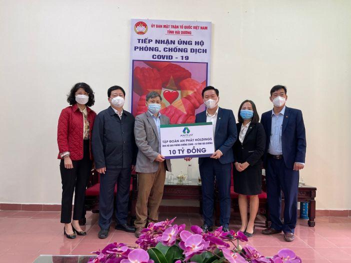 Ông Lê Văn Cần - Phó Chủ tịch UB MTTQ Việt Nam tỉnh Hải Dương (thứ 3 bên trái) nhận 10 tỷ đồng hỗ trợ từ đại diện Tập đoàn APH, ông Phạm Văn Tuấn - Q. Phó Tổng Giám đốc Tập đoàn (thứ 3 bên phải)