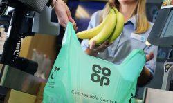 """Co-op loại bỏ """"túi nhựa tái sử dụng"""" và thay thế bằng túi có thể phân hủy giá 10 xu"""
