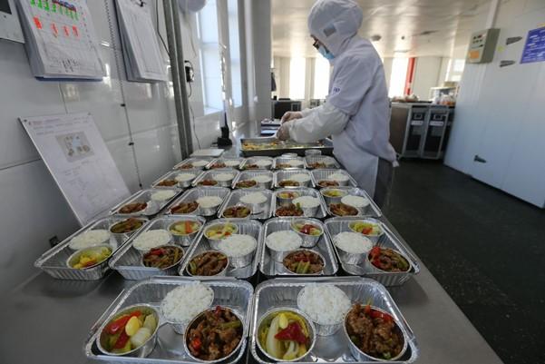 Một nhân viên của China Eastern Airlines chuẩn bị các bữa ăn trên máy bay tại một chi nhánh của công ty tại Taiyuan, tỉnh Thiểm Tây.